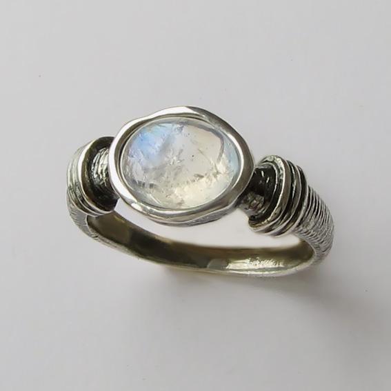 Кольцо серебряное с лунным камнем, арт. ОВП37