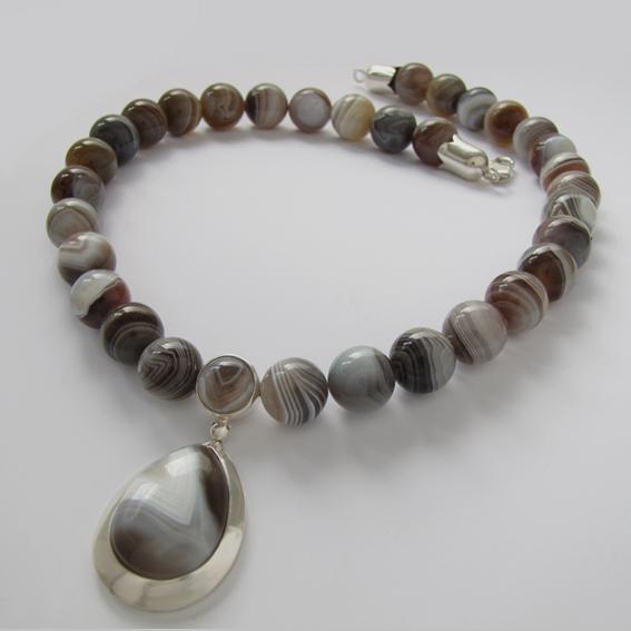 Ожерелье СЛ10Б с  ботсванским агатом