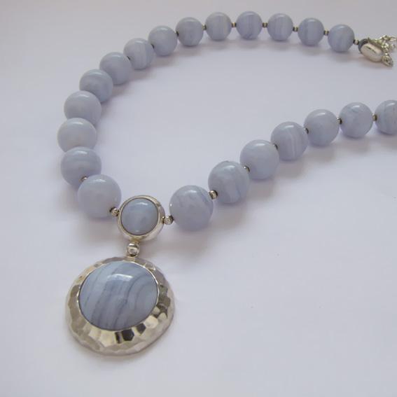 Ожерелье И10 с голубым агатом