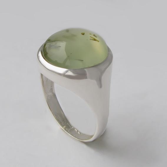 Кольцо из серебра с пренитом, арт. НКН315