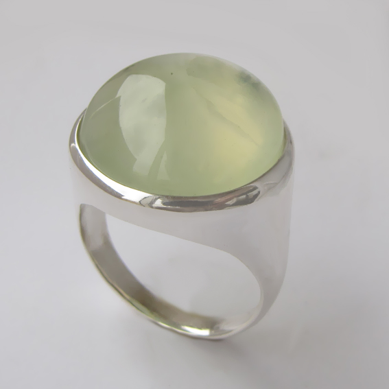 Кольцо из серебра с пренитом, арт. НКН318