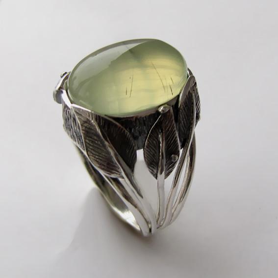 Серебряное кольцо с пренитом, арт. ВЕТ3