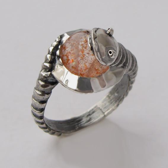 Кольцо с кварцем с включениями гематита ОНО3
