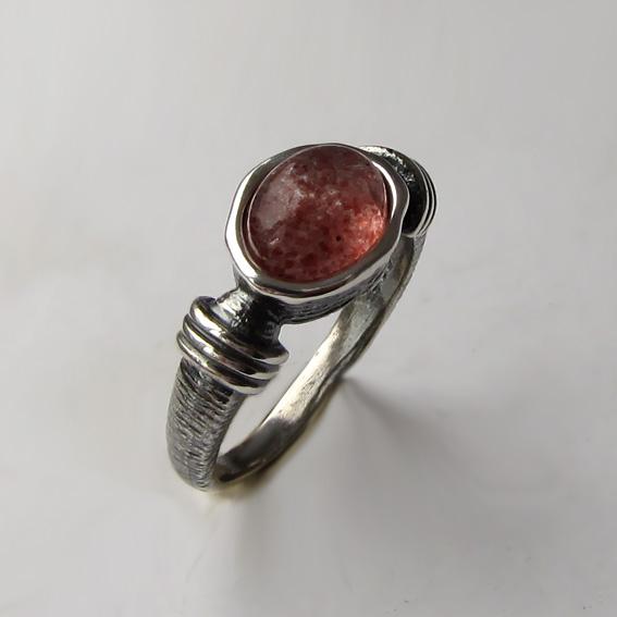 Кольцо с кварцем с включениями гематита, арт. ОВП37-2