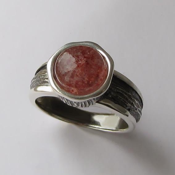Кольцо с кварцем с включениями гематита, ПФ39-2