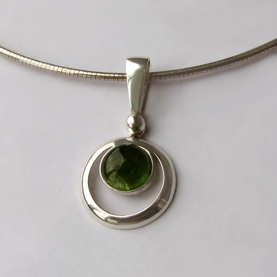 Серебряный кулон с турмалином зеленым, арт. КК18