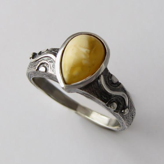 Кольцо с янтарем белым, арт. СЛЧ37
