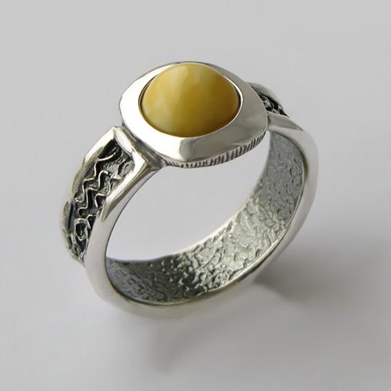 Кольцо с янтарем белым, арт. ИЕ3