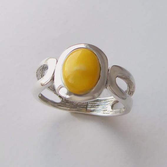 Кольцо с янтарем белым, арт.ЛСПОВ3