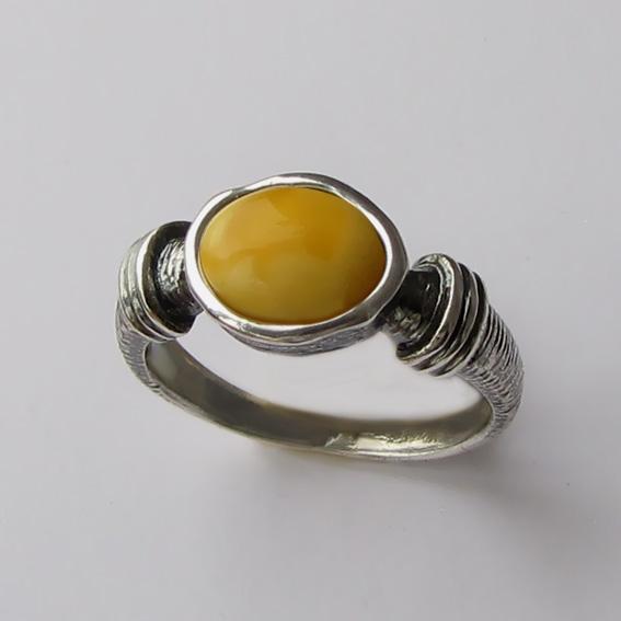 Кольцо с янтарем белым, арт. ОВП37