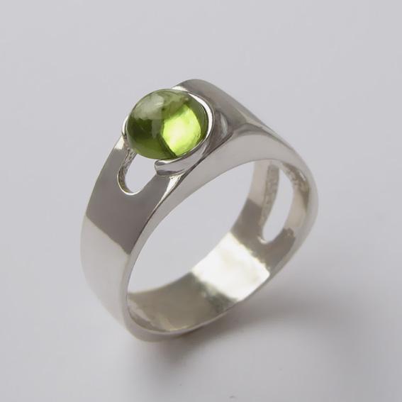 Кольцо из серебра с хризолитом, арт. БАК3