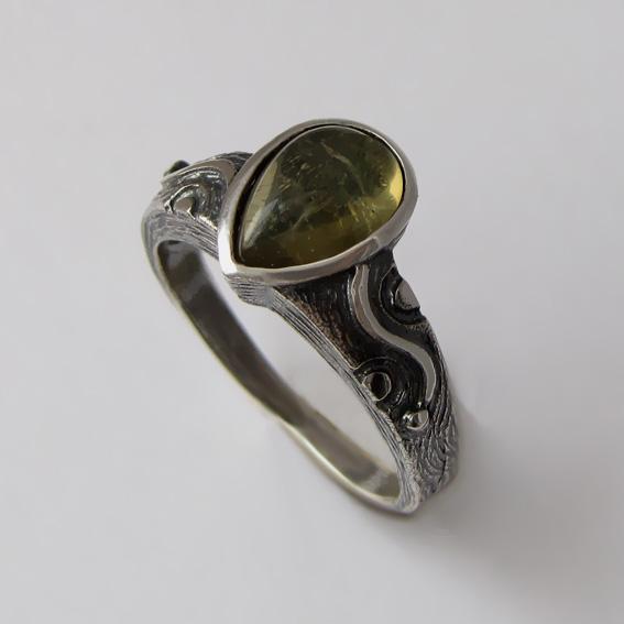 Кольцо с хризолитом, арт. СЛЧ37