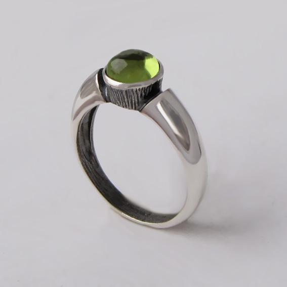 Кольцо серебряное с хризолитом, арт. ПФ36