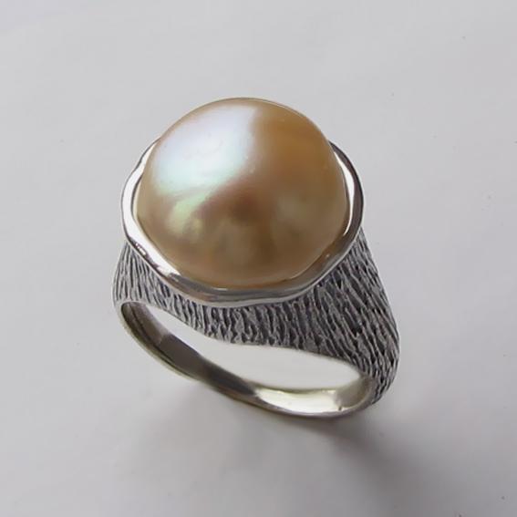 Кольцо с жемчугом персиковым, арт. ПЕ3