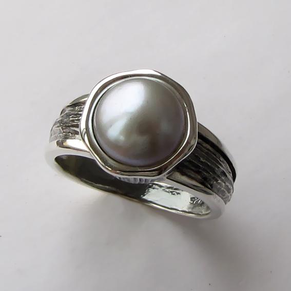 Кольцо с жемчугом серым, арт. ПФ39